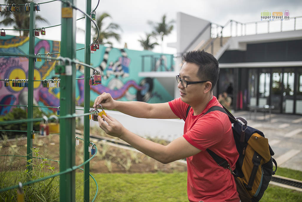 Cassia Bintan - Putting up locks for charity 1G7A5500
