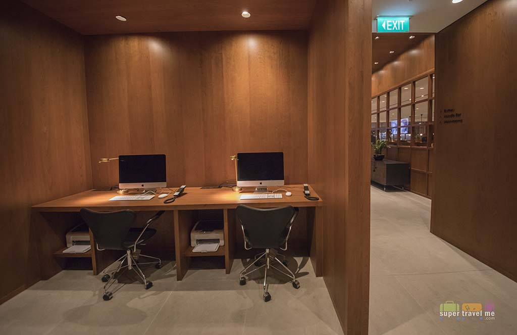 Workstations at The Bureau at Cathay Pacific Singapore Lounge 1G7A1569