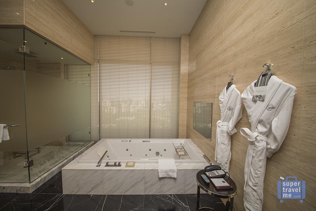 Fairmont Jakarta - Presidential Suites Bathroom