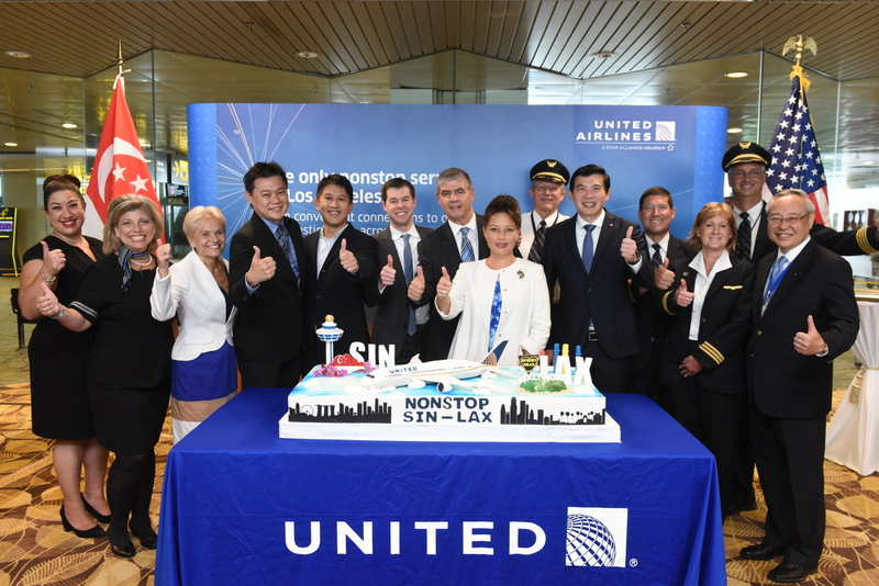 United SIN-LAX Cake-cutting Ceremony-001