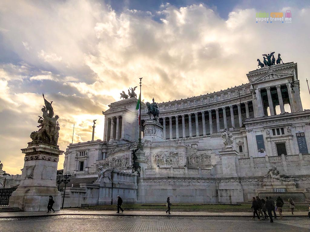 Explore Piazza Venezia in Rome