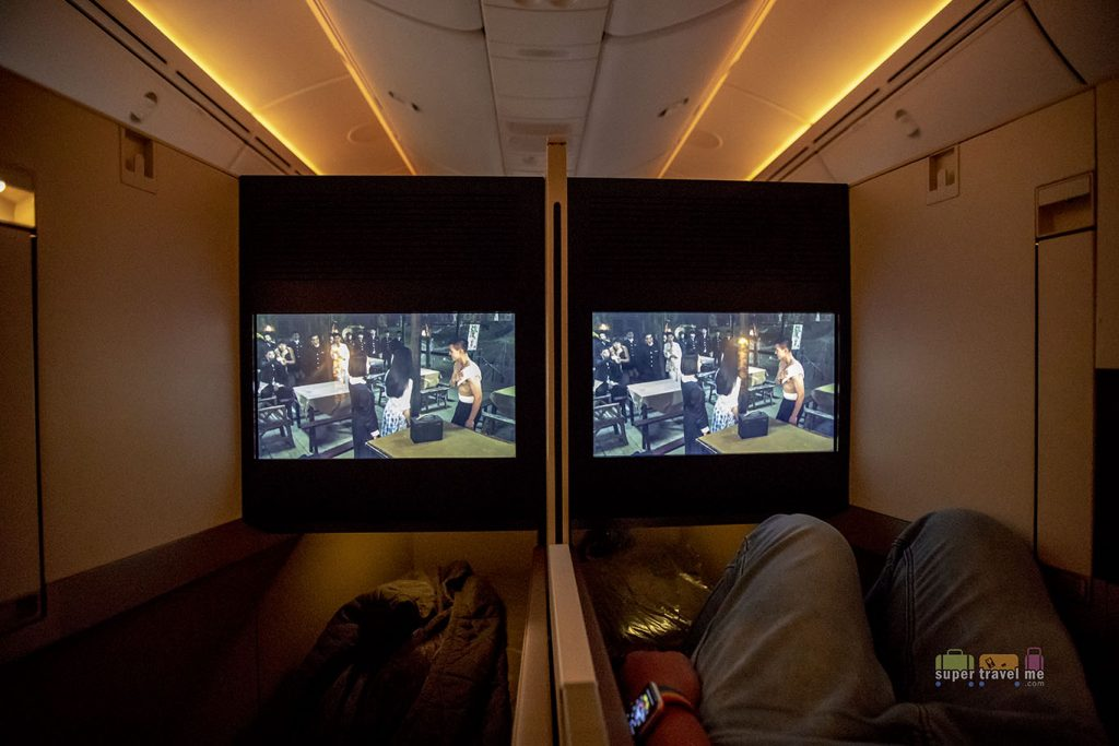 Etihad Airways Business Studio - You can sync your movie with your partner in the middle seats and watch a movie together.
