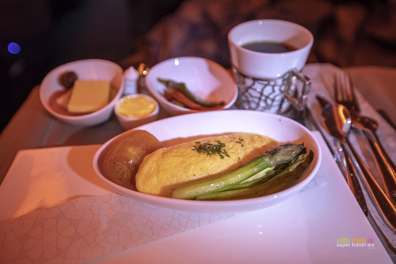 Cheddar cheese omelette with sautéed asparagus and grilled tomato served onboard Turkish Airlines TK55 from Singapore to Istanbul