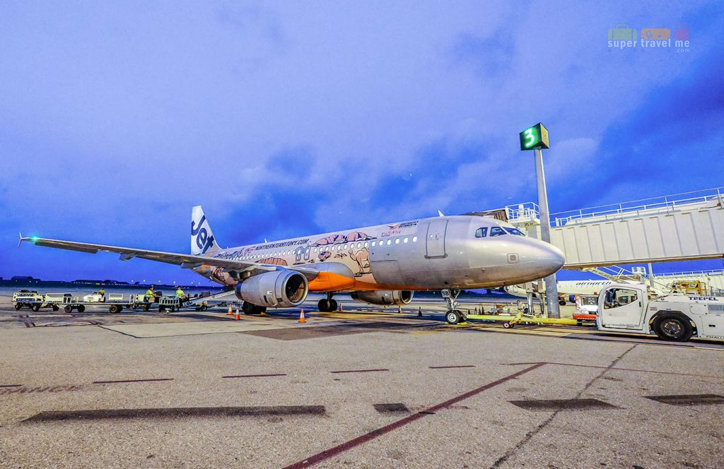 Jetstar Asia's Airbus A320 with a special decal of Northern Territory's best sights and sounds