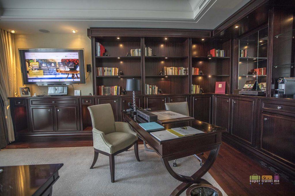 Work desk in the living room of the Capella Suite in Breidenbacher Hof.