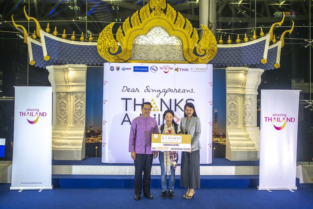 Prize presentation to Angela Kwek from Siam Piwat