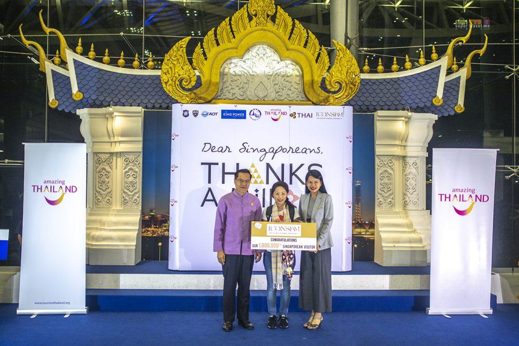 Prize presentation to Angela Kwek from Siam Piwat