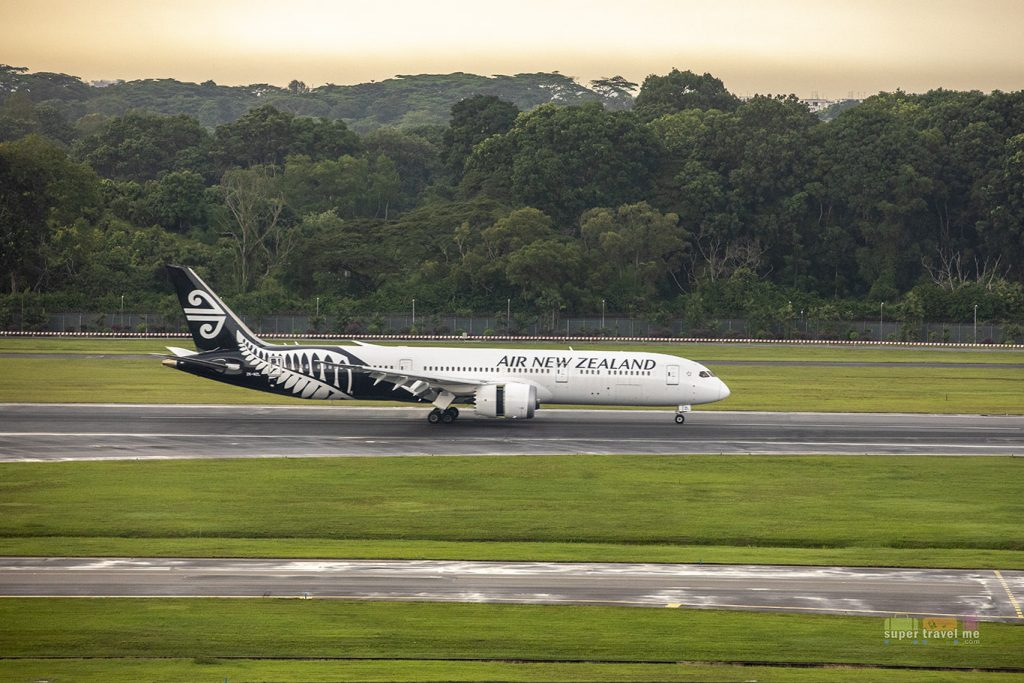 Air New Zealand Dreamliner landing in Singapore Changi Airport Oct 20184481