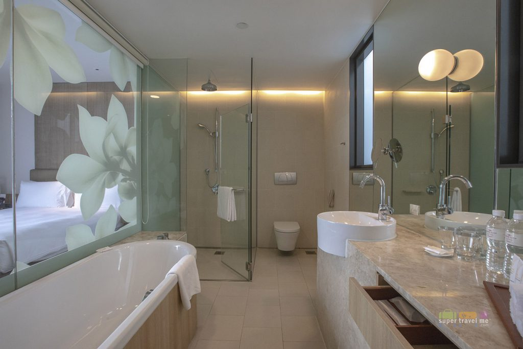 Crowne Plaza Changi Airport Bathrooms
