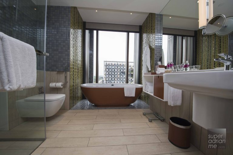 Crowne Plaza Changi Airport Business King Room Bathroom with bathtub