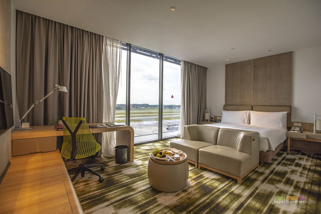 Crowne Plaza Changi Airport King Premier Runway View room 910