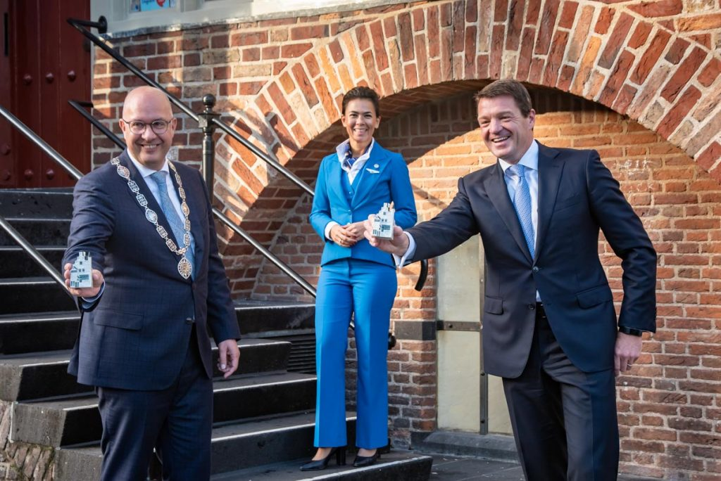 mayor of 's-Hertogenbosch Jack Mikkers receives the 101st KLM miniature house from KLM president & CEO Pieter Elbers (KLM Photo)